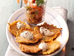 Kürbis-Kartoffel-Rösti mit Crème fraiche-Sauce Rezept