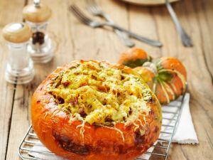 Kürbis mit Gemüsefüllung im Ofen gebacken Rezept