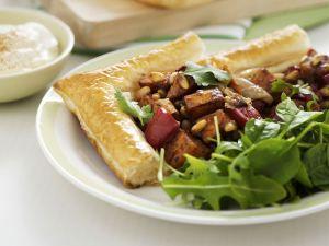 Kürbiskuchen mit Salatbeilage Rezept