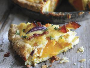 Kürbiskuchen (Pie) mit roten Zwiebeln und Speck Rezept
