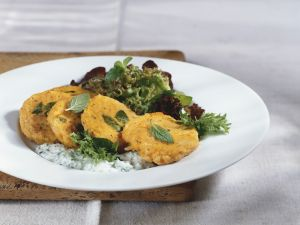 Kürbisküchlein mit Salat und Joghurtdip Rezept