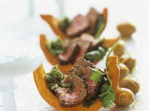 Kürbisspalten mit Pesto und Rückenbraten (Rumpsteak) und karamellisierten Kartoffeln Rezept