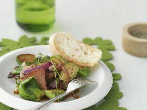 Kurz gebratener Rosenkohl mit Speck und Zwiebeln Rezept