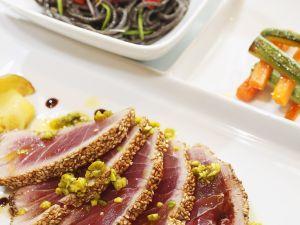 Kurz gebratener Thunfisch mit Pistazien Rezept