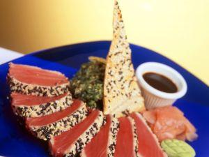 Kurzgebratener Thunfisch mit Sesam Rezept