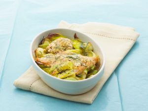 Lachs auf Lauchgemüse mit Senf-Dill-Sauce Rezept