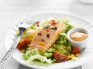Lachs auf Rührei und Salatbett mit Cocktailsauce Rezept