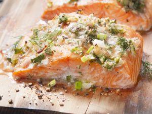 Lachs auf Zedernholz vom Grill Rezept