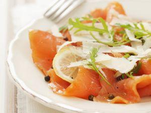 Lachs-Carpaccio mit Parmesan und grünem Pfeffer Rezept