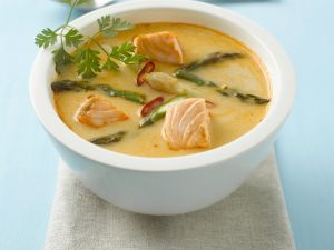 Lachs-Currysuppe mit Spargel Rezept