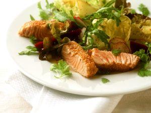 Lachs im Sesammantel mit Salat Rezept