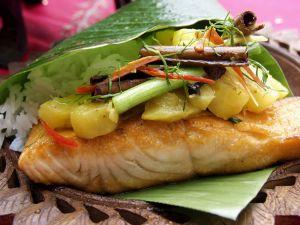 Lachs mit Ananas im Bananenblatt Rezept