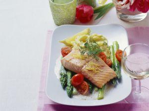 Lachs mit grünem Spargel und Püree Rezept