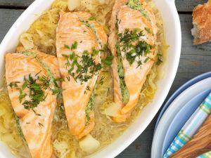 Lachs mit Kräuter-Fisch-Füllung auf Cidrekraut Rezept