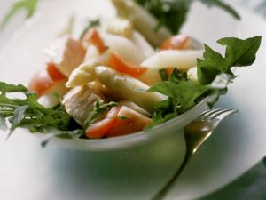 Lachs mit Spargel dazu Rucola und Tomaten Rezept