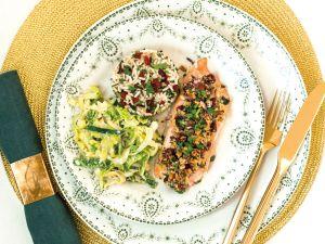 Lachsfilet mit Nusskruste auf Wildreis und Wirsing-Lauch-Gemüse Rezept
