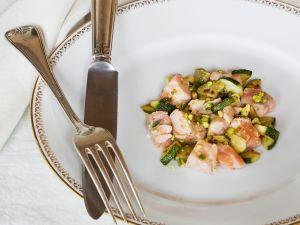 Lachsfilet mit Zucchini und Pistazien Rezept