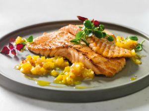 Lachsfilets mit gelber Paprika-Salsa Rezept