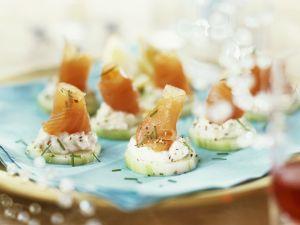 Lachshäppchen mit Fischkäse und Gurke Rezept