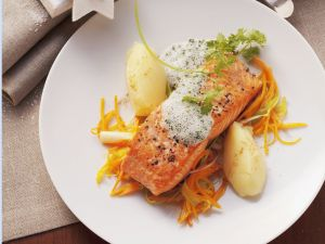 Lachsschnitte mit schaumiger Kräutersoße und Karottenstreifen Rezept