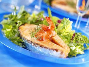 Lachssteak mit Shrimps und Salat Rezept