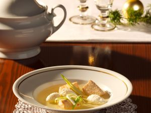 Lachssuppe mit Hechtklößchen Rezept