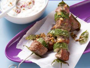 Lamm-Zucchini-Spieße und Joghurt-Zwiebel-Dip Rezept