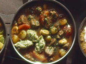 Lammgulasch mit Perlzwiebeln und Petersiliennocken Rezept