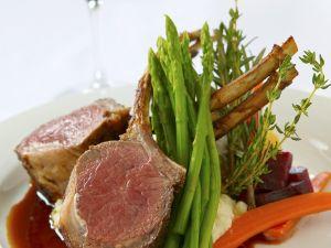 Lammkarreé mit Rotweinjus und Gemüse Rezept