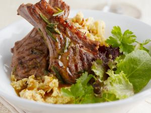 Lammkarrees mit Blattsalat und Kartoffelbrei Rezept