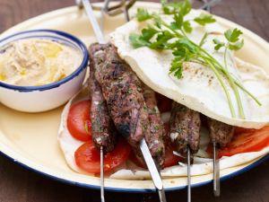 Lammkebab mit Tomaten, Zwiebel und Pitabrot Rezept
