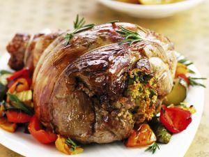 Lammkeule mit Füllung dazu Paprika und Bratkartoffeln Rezept