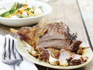 Lammkeule mit Gemüse und Knoblauch Rezept