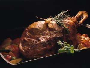 Lammkeule mit Rosmarin und Kirschtomaten Rezept