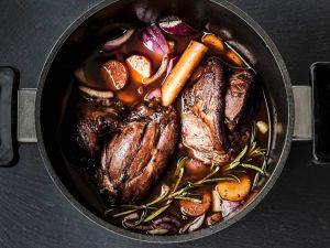 Lammkeule über dem Grill geschmort Rezept