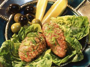 Lammtatar auf orientalische Art mit Oliven und Fladenbrot Rezept