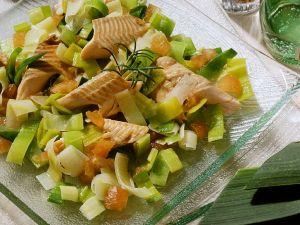 Lauch-Tomaten-Salat mit Forelle Rezept