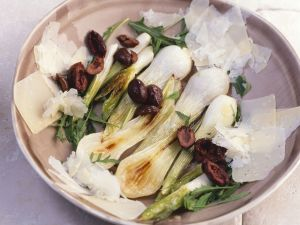 Lauchzwiebeln mit Rucola, Parmesan und Oliven Rezept