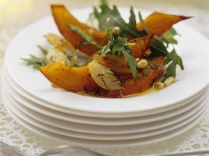 Lauwarmer Kürbissalat mit Rucola und Pinienkernen Rezept