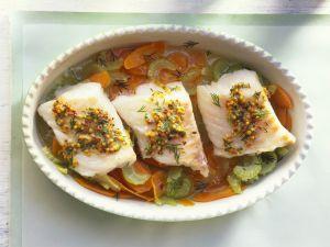 Lengfischfilet mit Senfbutter und Gemüsebett Rezept