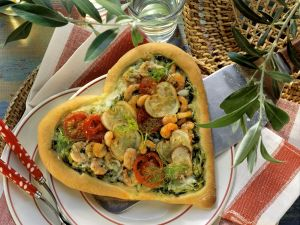 Liebes-Pizza mit Garnelen, Zucchini und Cherrytomaten Rezept