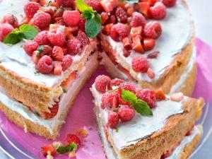 Linettencreme-Torte mit Beeren Rezept