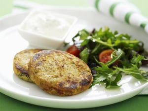 Linsenbratlinge mit Joghurt und Salat Rezept
