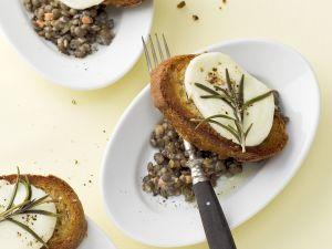 Linsensalat und Röstbrot mit Mozzarella Rezept