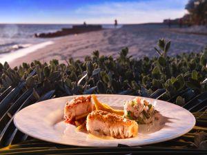 Mahi Mahi mit Brotfruchtpommes und Karibikmayo begleitet von Fischsalat und Chutney