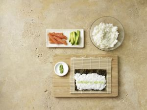 Maki-Sushi mit Lachs machen