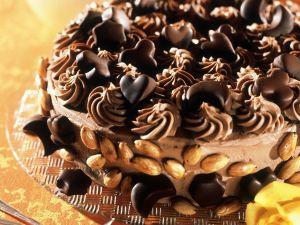 Mandel-Schoko-Torte mit Pralinengarnitur Rezept