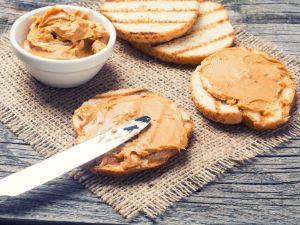 Mandelbutter oder Erdnussbutter: Was ist gesünder?