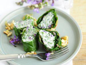 Mangoldrouladen mit Füllung aus Ziegenfrischkäse und Salbeiblüten Rezept