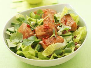 Marinierter Lachs auf Salat mit Gurke, Koriander und Chili Rezept